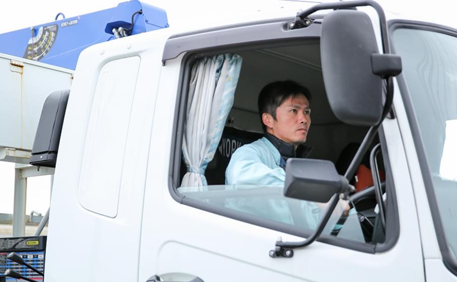 トラックを運転する従業員