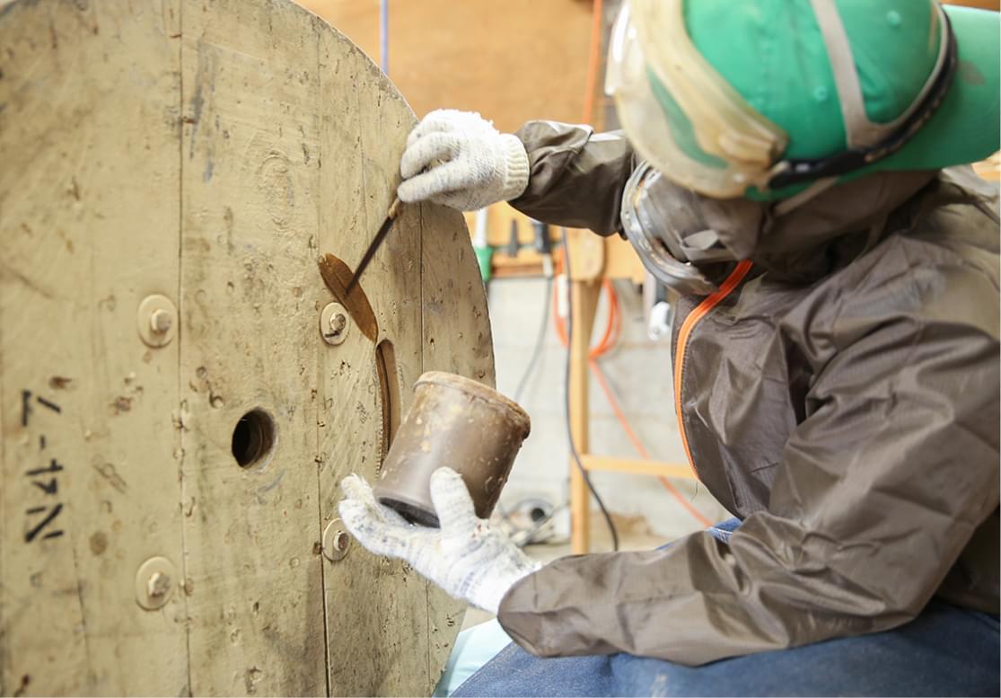 木製ドラムを加工している様子