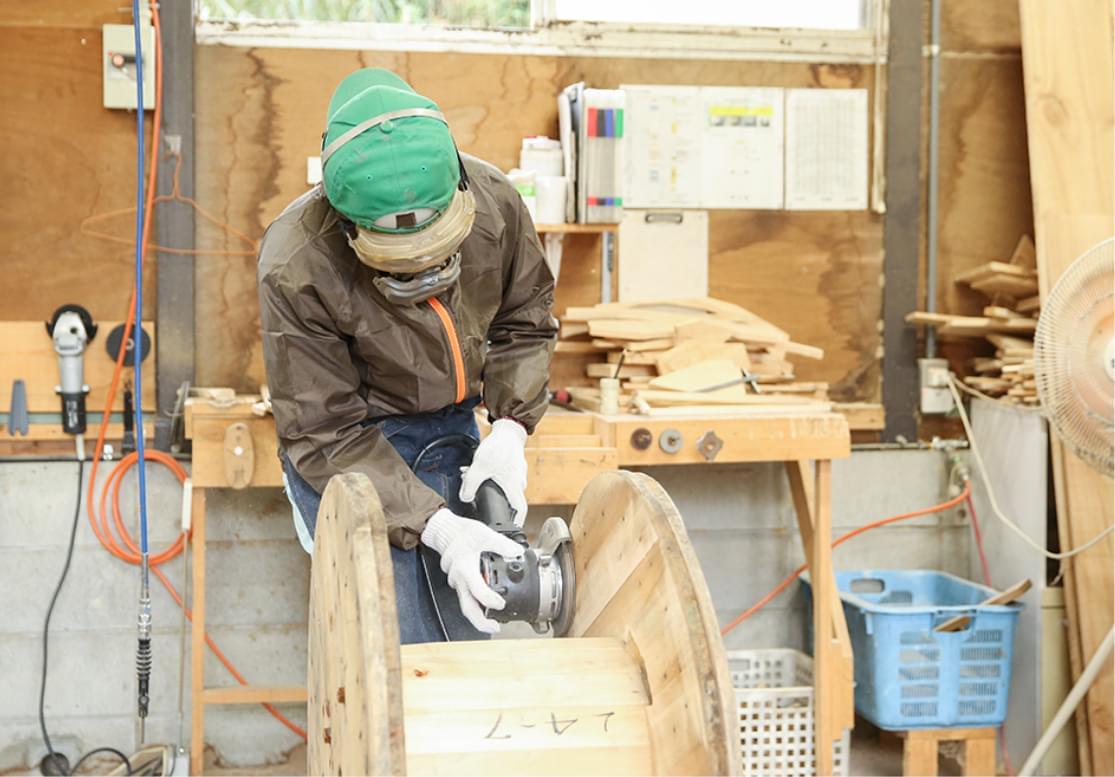 木製ドラムの研磨作業の様子