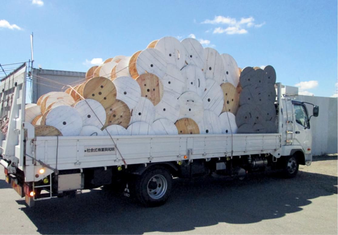 木製ドラムを運ぶトラック