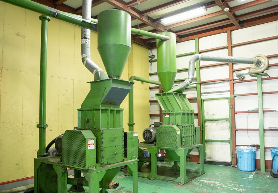 精度の高い機械で銅と被覆材を分ける様子