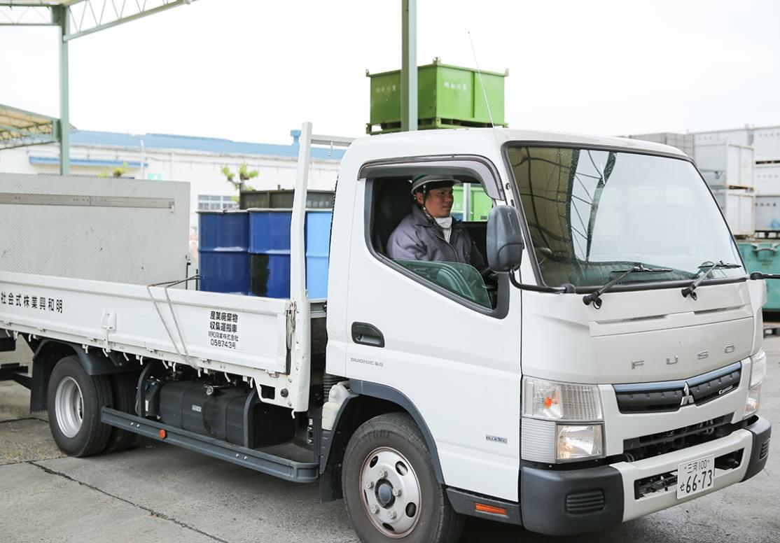 処理後の蛍光灯を運搬するトラック