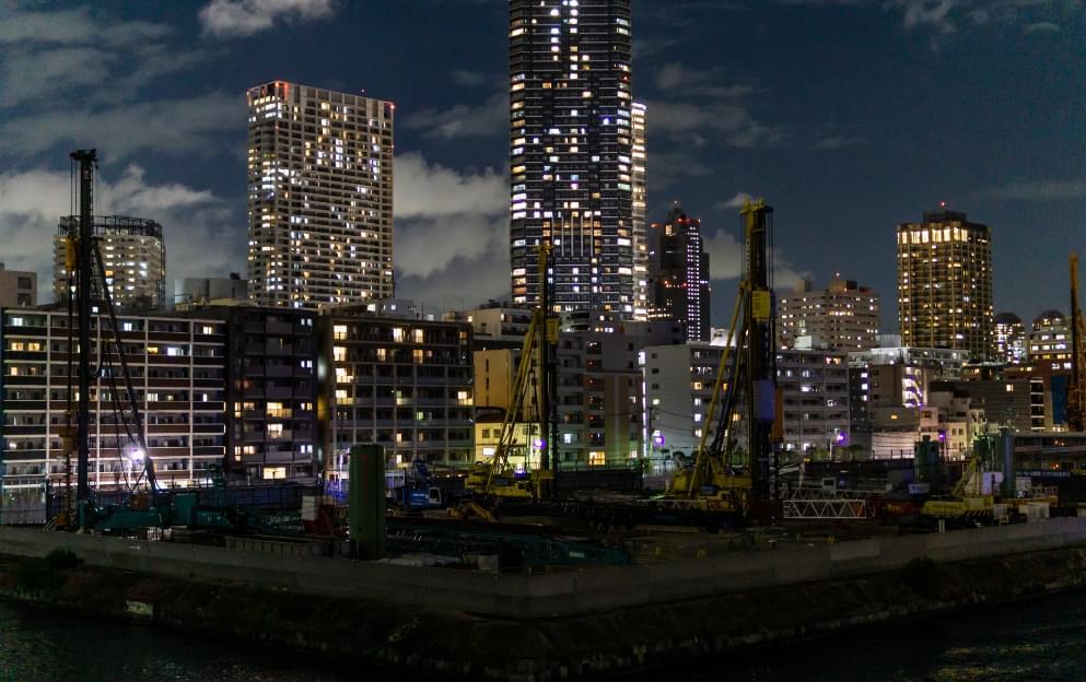 夜間の工事現場の様子